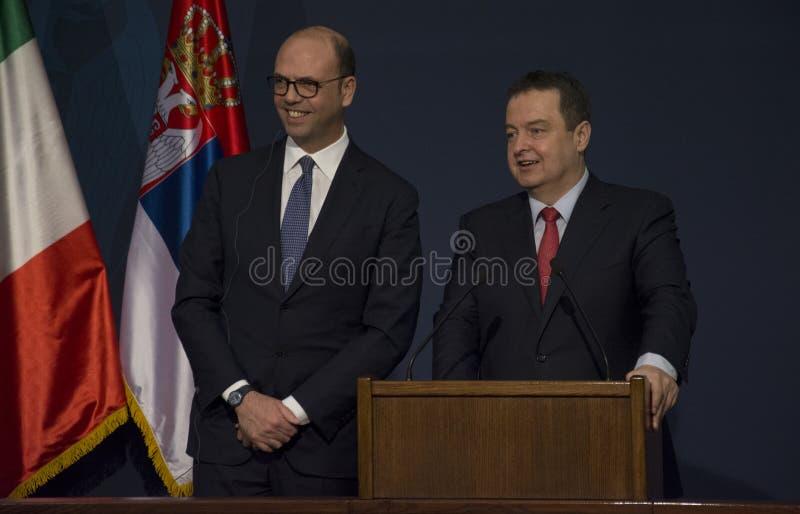 Offizieller Besuch des italienischen Außenministers Angelino Alfano nach Serbien lizenzfreie stockfotos