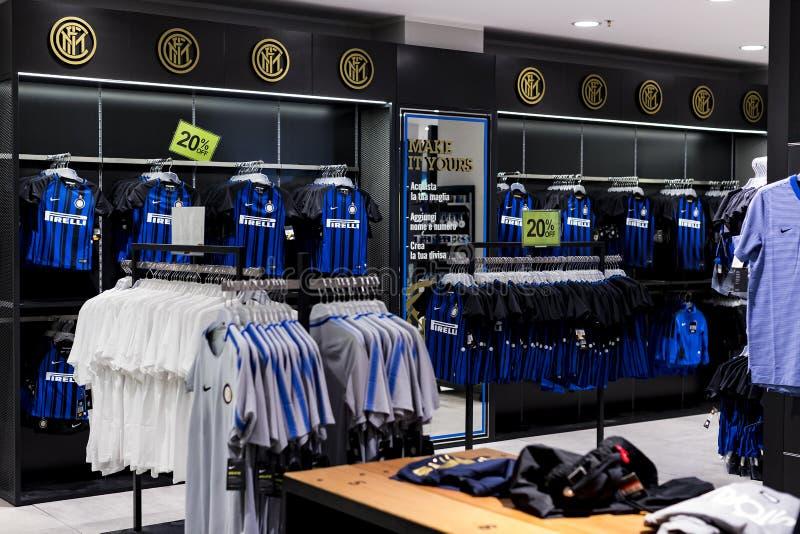 Offizieller Inter und Mailand des Speicher-FC, Kleidung und Schuheteam von Andenken und von Utensilien für Fans des Teams und des lizenzfreie stockfotos