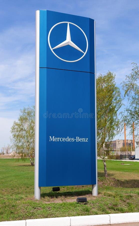 Offizielles Verkaufsstellezeichen von Mercedes-Benz lizenzfreies stockbild