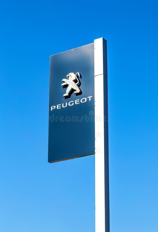 Offizielles Verkaufsstellezeichen von Peugeot stockfotografie