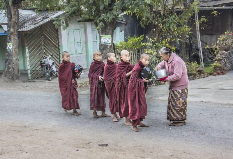 Offre aux moines photo libre de droits