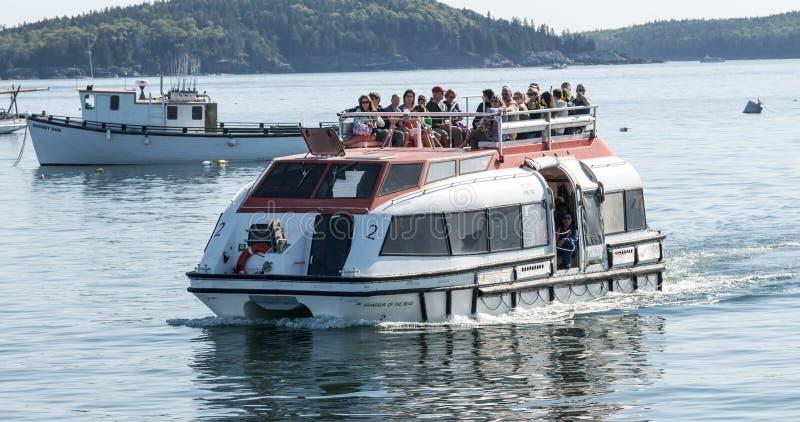 Offre de bateau de croisière avec des passangers sur le dessus image stock