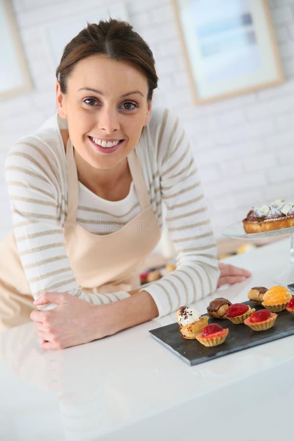 Offre de boutique de femme avec des pâtisseries image stock