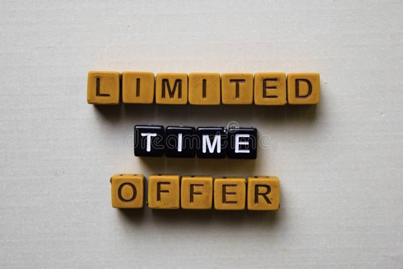 Offre de temps limité sur les blocs en bois Concept d'affaires et d'inspiration image libre de droits