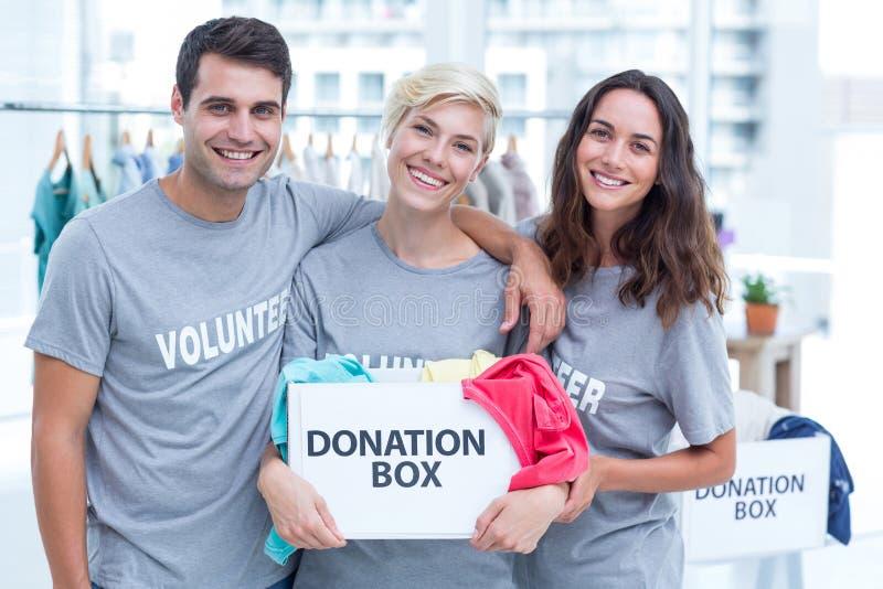 Offre des amis tenant une boîte de donation photos libres de droits