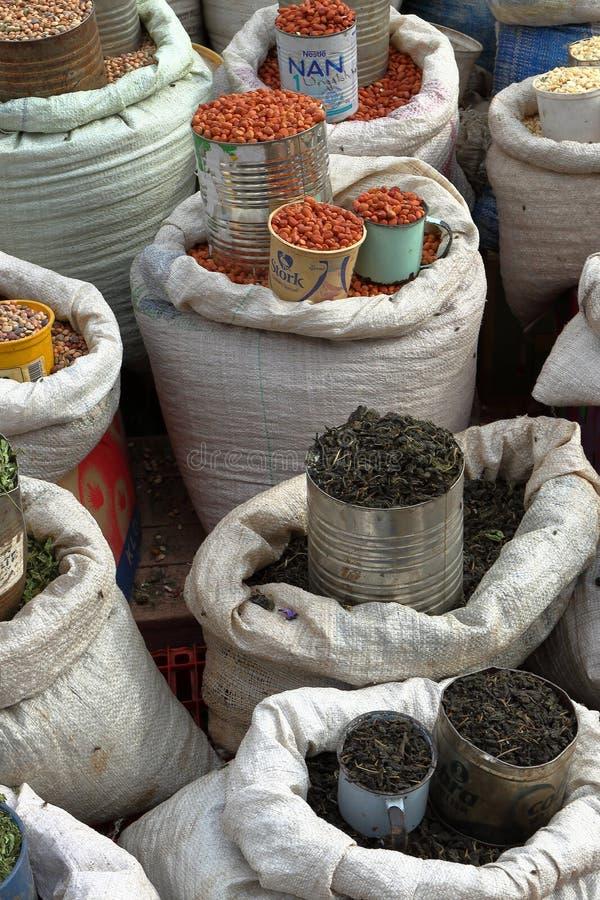 Offre des marchandises sur le marché en plein air de Bulawayo au Zimbabwe image libre de droits