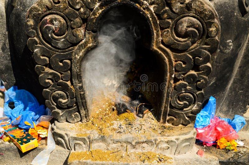 Offre religieuse à Katmandou photo libre de droits