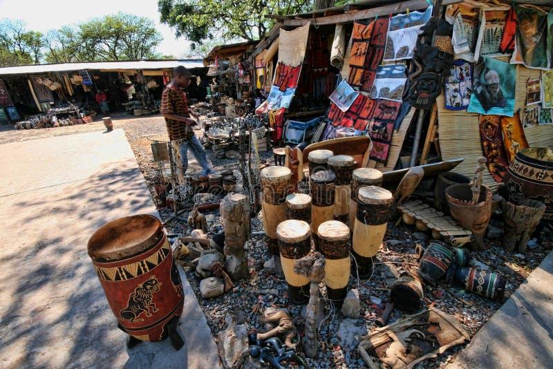 Offre riche de souvenir au marché, Victoria Falls, Zambie image libre de droits
