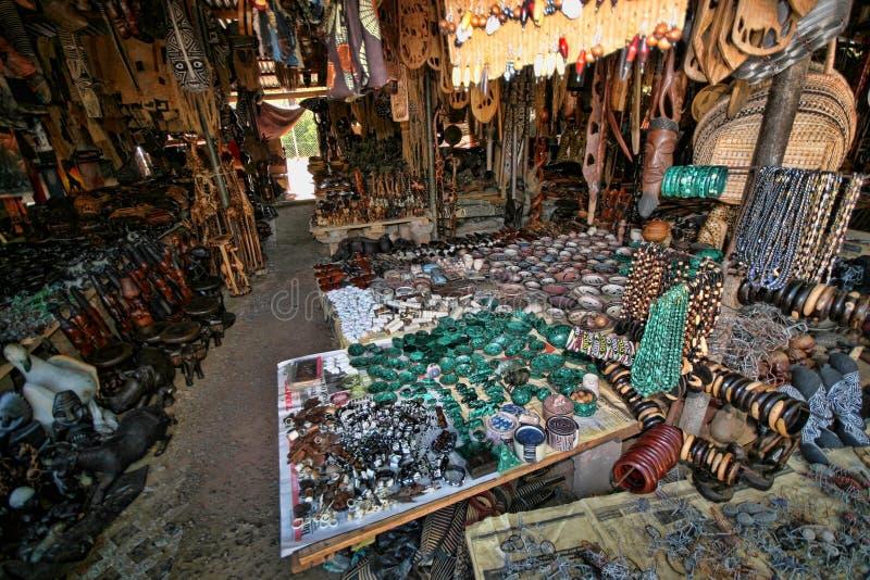 Offre riche de souvenir au marché, Victoria Falls, Zambie images libres de droits