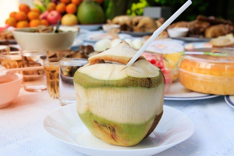 Offre sacrificatoire chinoise, jus de noix de coco, fruits, riz, eau potable et desserts pour des célébrations chinoises de nouve photo stock
