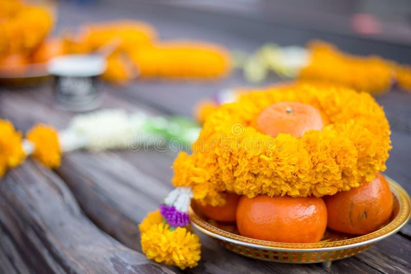 Offre sacrificatoire comprenant la fleur et l'orange photographie stock libre de droits