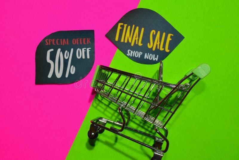 Offre spéciale 50% et de vente de magasin texte final maintenant et caddie Concept d'affaires de remise et de promotion sur color photo stock
