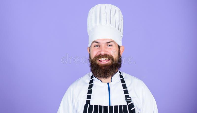 Offre sp?ciale de chef Uniforme blanc de chef heureux barbu s?r Essayez quelque chose sp?ciale Mes astuces secr?tes culinaires photographie stock