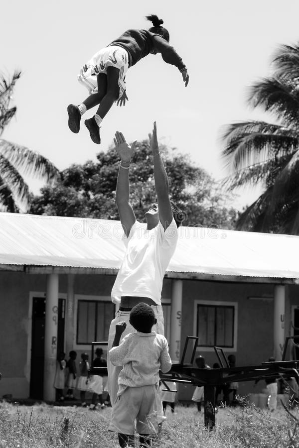 Offrendosi volontariamente in Africa, bambini africani fotografia stock libera da diritti