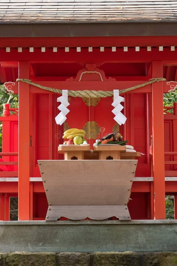 Offres de nourriture à un tombeau japonais aux années neuves photo stock