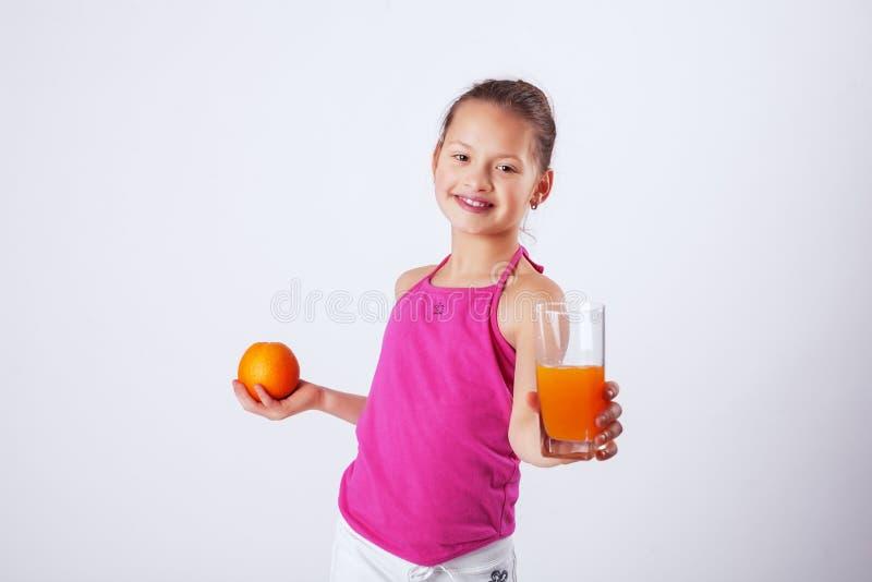 Offres de sourire de jus d'enfant Le concept de la nourriture et du vita sains images stock
