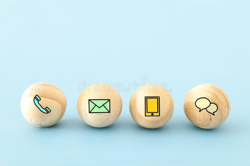 offres en bois avec le contact nous icônes image libre de droits