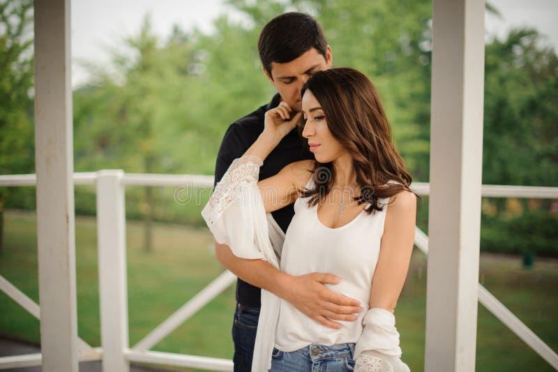 Offrez dehors l'histoire d'amour de la beaux femme et homme photo stock