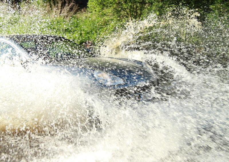 Offroad auto bespattend water stock afbeelding