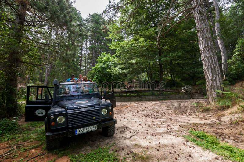 Offroad autoland Rover Defender 110 in openlucht royalty-vrije stock foto's