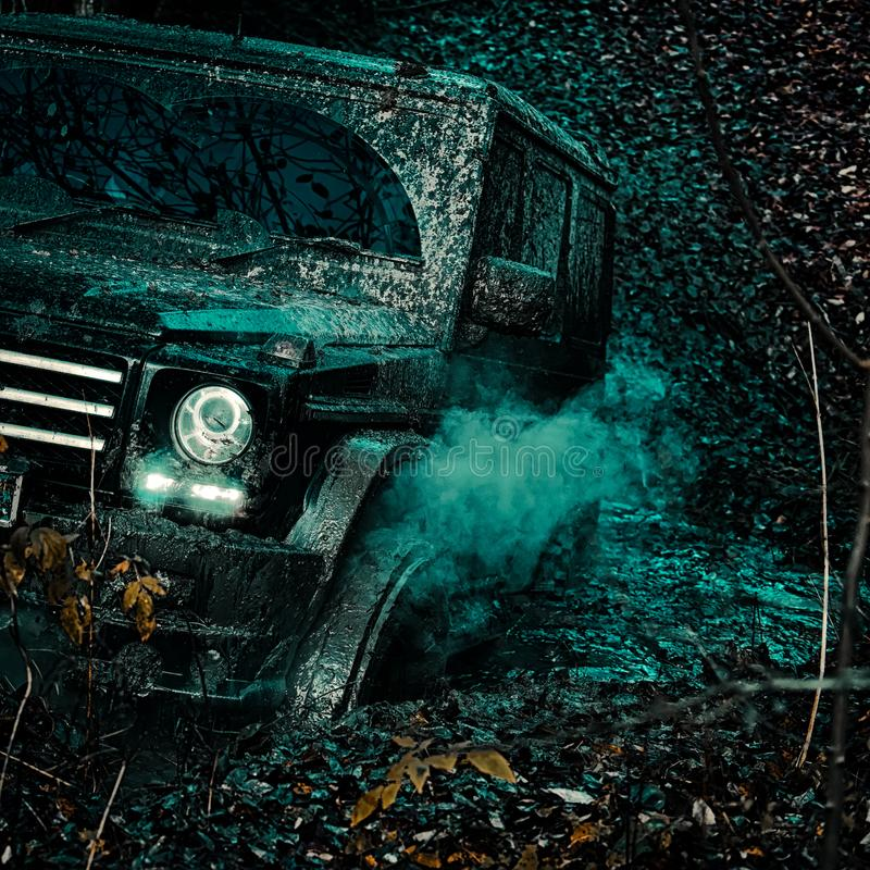 Offroad pojazd przychodzi z borowinowego dziury zagrożenia Drogowa przygoda Przygody podróż Mudding off-roading przez zdjęcie royalty free
