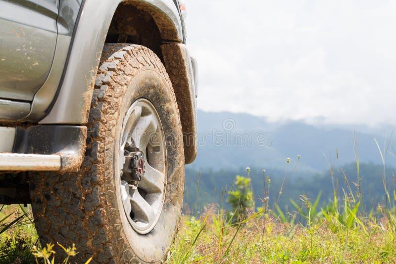 Offroad samochód na górach, offroad podróż i napędowy conce, zdjęcie royalty free