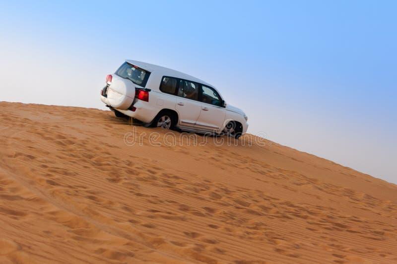 Offroad Woestijnsafari - Duin die met 4x4 voertuig in de Arabische zandduinen beuken, Doubai, de V.A.E stock foto's