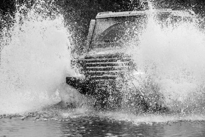 Offroader d'exp?dition De jeep aventures dehors Mudding off-roading par un secteur de boue ou d'argile humide image libre de droits