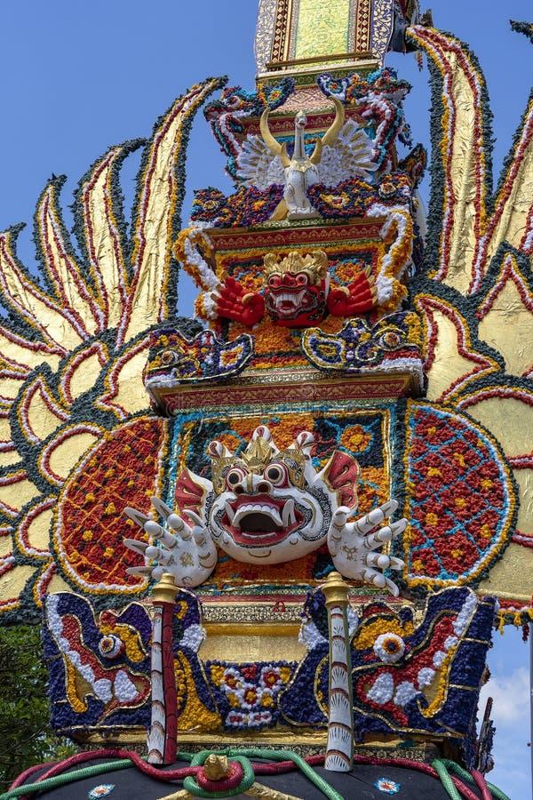 Offrono la torre di cremazione con le sculture tradizionali di balinese dei demoni e dei fiori sulla via centrale in Ubud, l'isol immagine stock libera da diritti