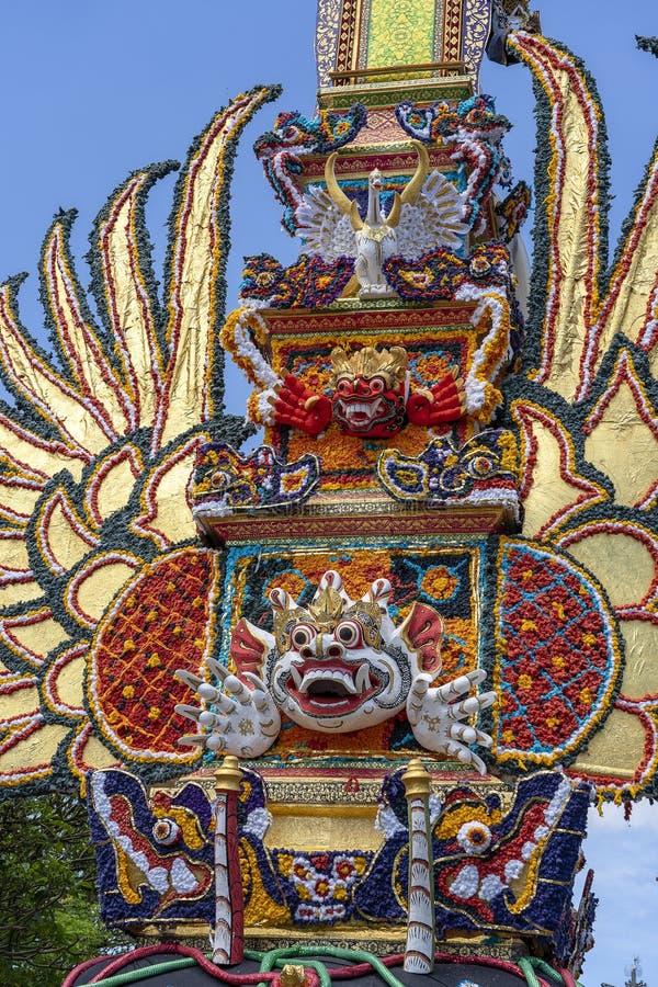 Offrono la torre di cremazione con le sculture tradizionali di balinese dei demoni e dei fiori sulla via centrale in Ubud, l'isol fotografie stock