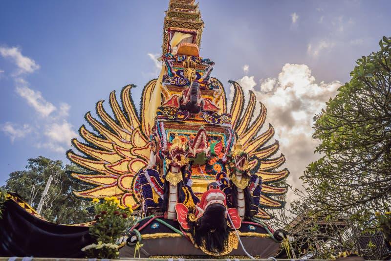 Offrono la torre di cremazione con le sculture tradizionali di balinese dei demoni e dei fiori sulla via centrale in Ubud, l'isol fotografie stock libere da diritti