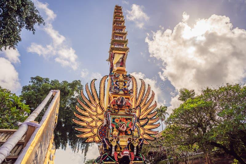 Offrono la torre di cremazione con le sculture tradizionali di balinese dei demoni e dei fiori sulla via centrale in Ubud, l'isol immagine stock