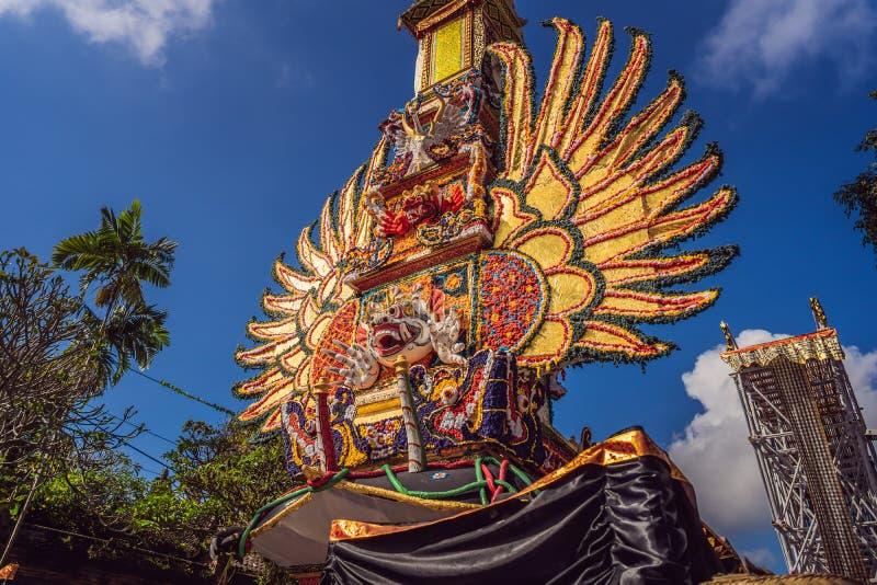 Offrono la torre di cremazione con le sculture tradizionali di balinese dei demoni e dei fiori sulla via centrale in Ubud, l'isol immagini stock libere da diritti