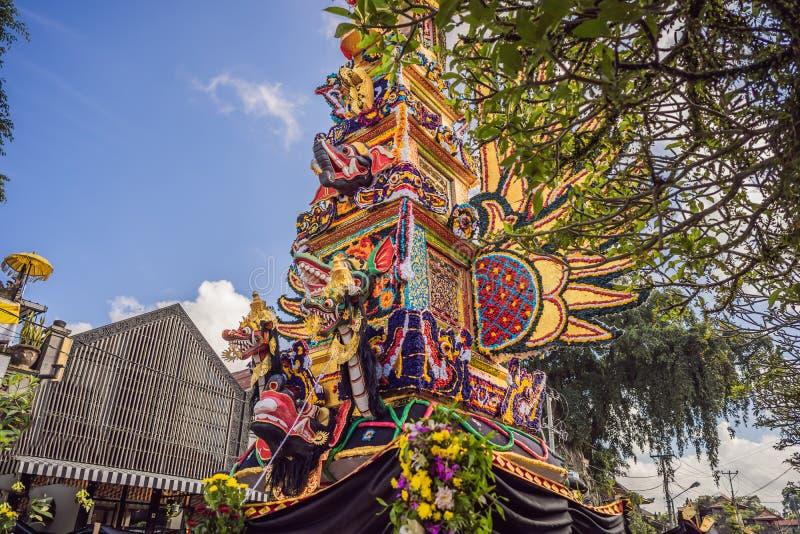 Offrono la torre di cremazione con le sculture tradizionali di balinese dei demoni e dei fiori sulla via centrale in Ubud, l'isol fotografia stock