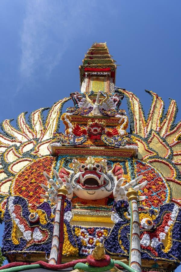 Offrono la torre di cremazione con le sculture tradizionali di balinese dei demoni e dei fiori sulla via centrale in Ubud, l'isol immagini stock