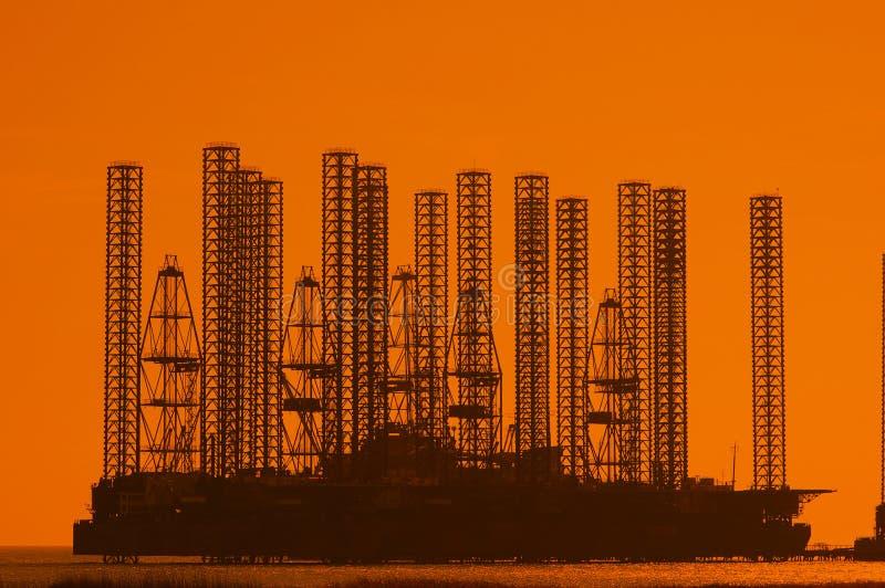 Offshoreölplattform am flachen wa lizenzfreie stockfotos