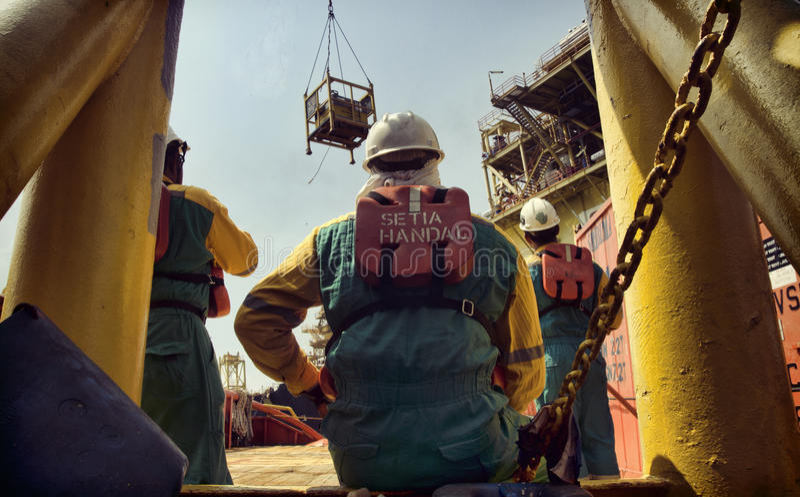 Offshore- Arbeitskraft an Süd-angsi anhebender Operation stockfoto