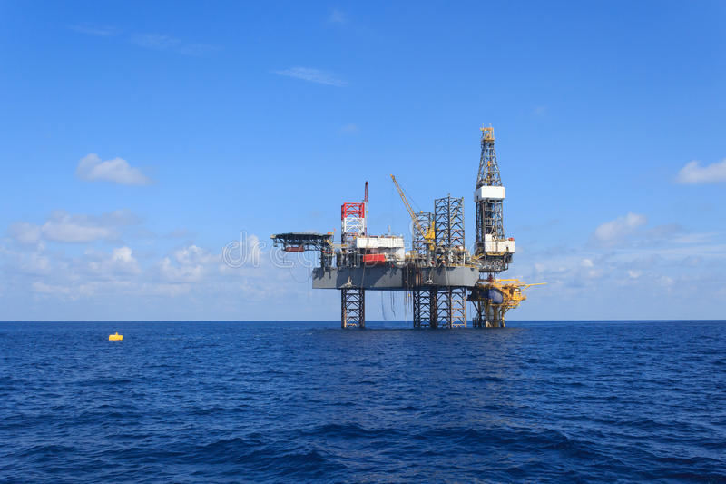Offshore-Jack Up Drilling Rig Over die Förderplattform stockfotografie