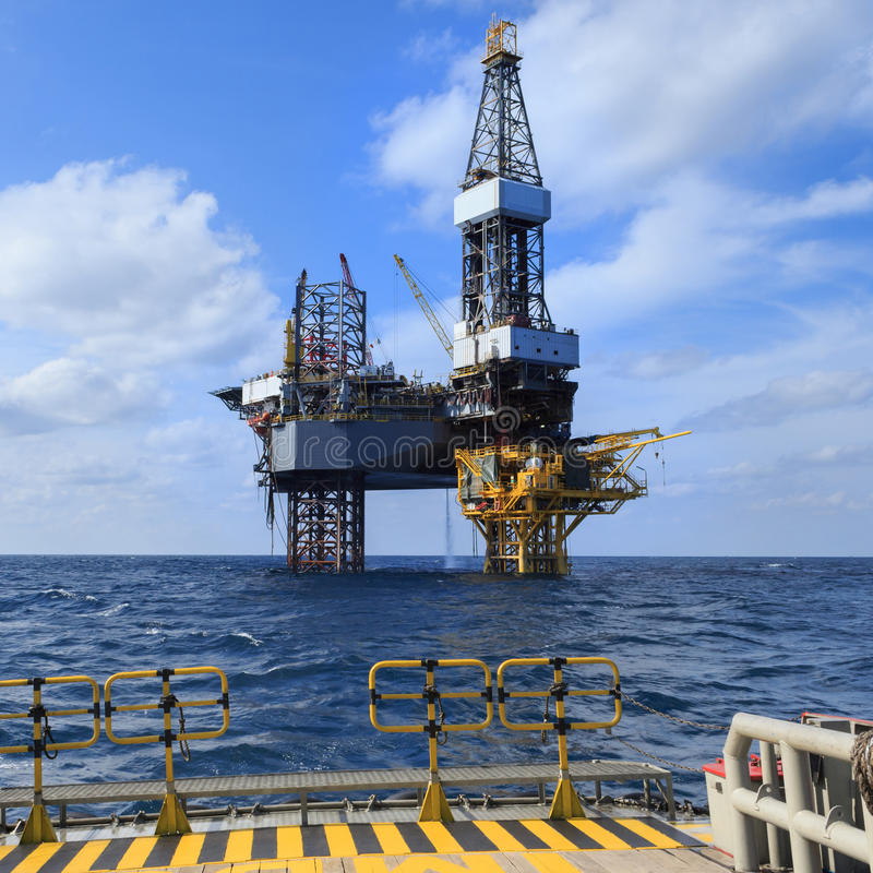 Free Offshore Jack Up Drilling Rig Over The Production Platform Royalty Free Stock Images - 49533479