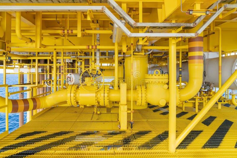 Offshore-pijpleiding, uitbreidingskaart en zeealine op aardolie- en aardgaswellhead hub-platform, de centrale faciliteit voor de  stock afbeeldingen