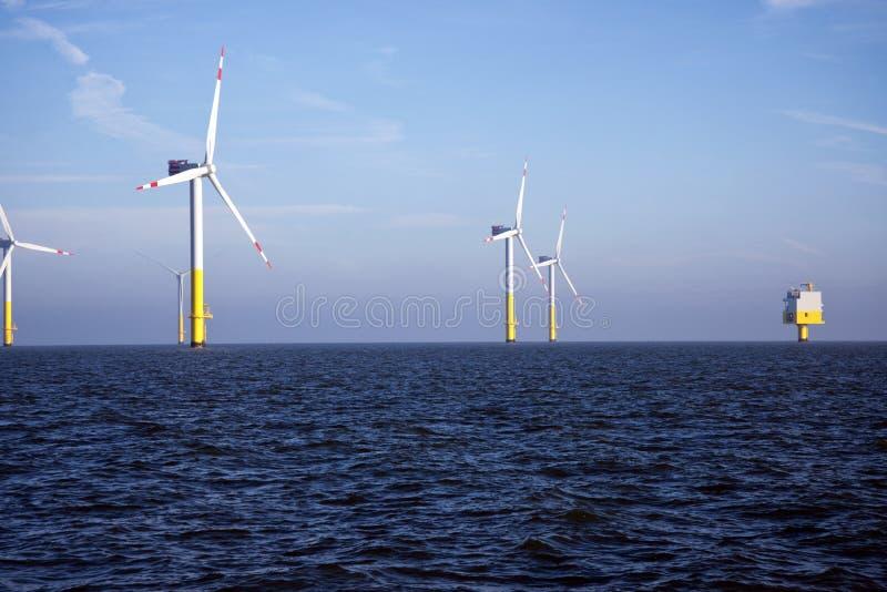 Offshorewindpark - erneuerbare Energie stockbilder