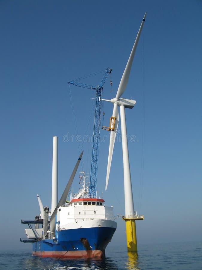 Offshorewindturbineeinbau stockbilder