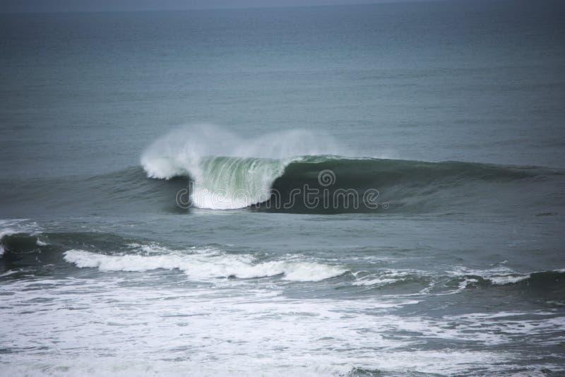 Offshorewinter Die vollkommene Welle lizenzfreies stockfoto