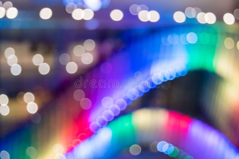 Offuschi il fondo variopinto delle luci dell'esposizione davanti al centro commerciale immagini stock
