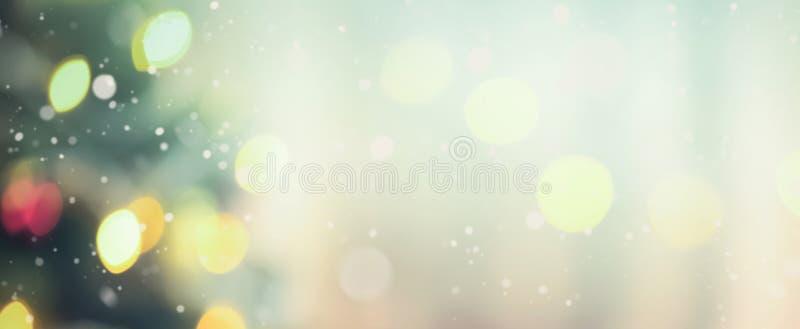 Offuschi l'albero di Natale con bokeh da luce decorativa immagini stock