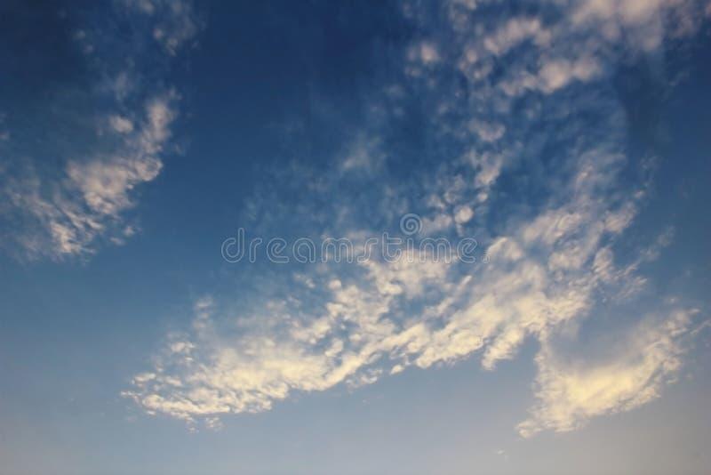 Offuschi la nuvola sul cielo blu scuro fotografia stock
