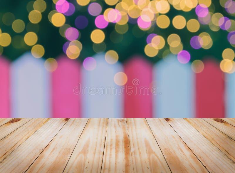 Offuschi la parete bianca e rossa con le luci del bokeh di Natale immagine stock