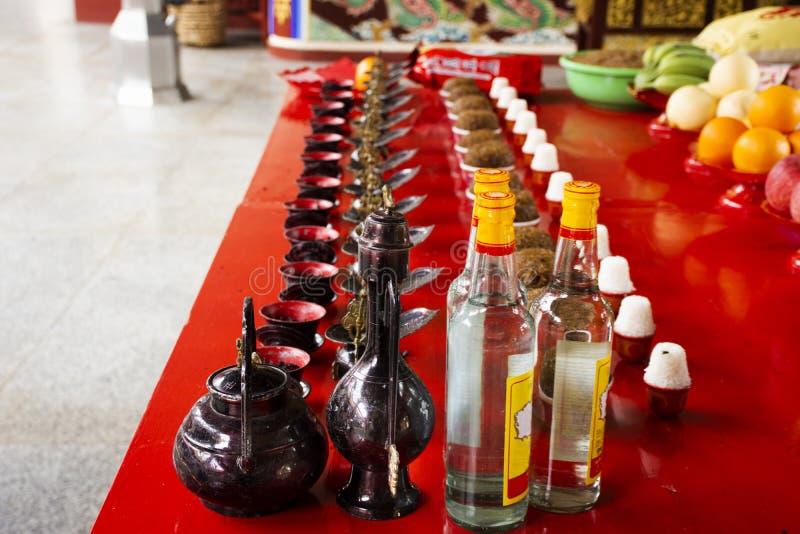 Ofiarne ofiary i ry?owy whisky alkohol dla chi?czyk?w modl? si? boga i pomnika antenat w Tiantan ?wi?tyni przy Chiny obrazy stock