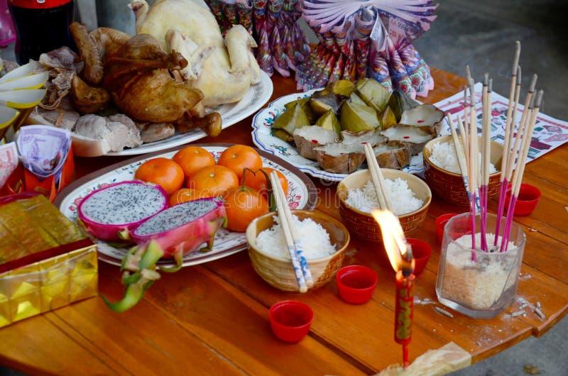 Ofiarny ofiary jedzenie dla ono modli się bóg i pomnik ancest zdjęcia royalty free