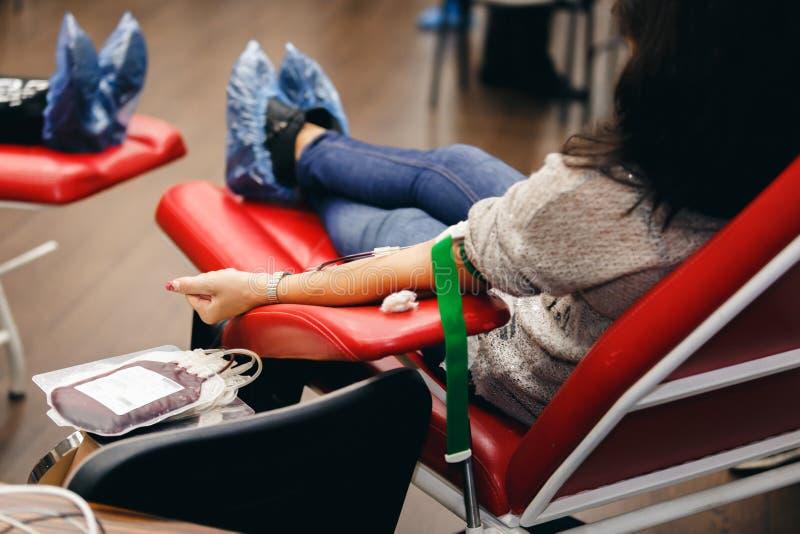 Ofiarodawca krew daruje krew w klinice fotografia stock
